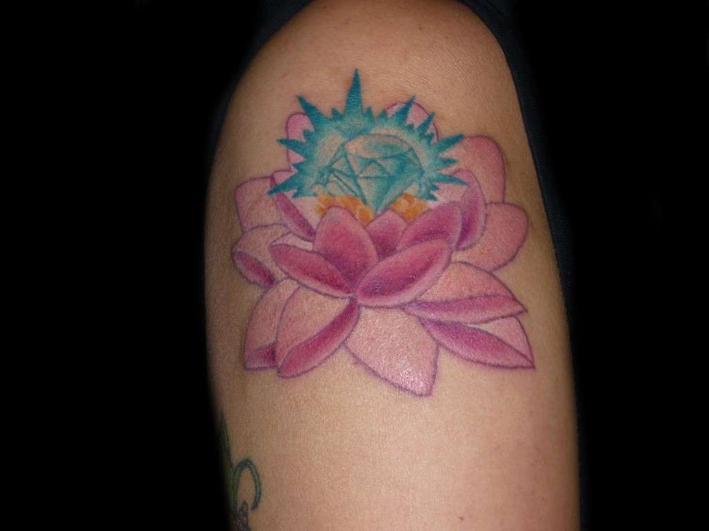 Tattoo con fiore di loto e diamante