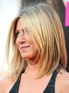 Capelli scalati medi come Jennifer Aniston