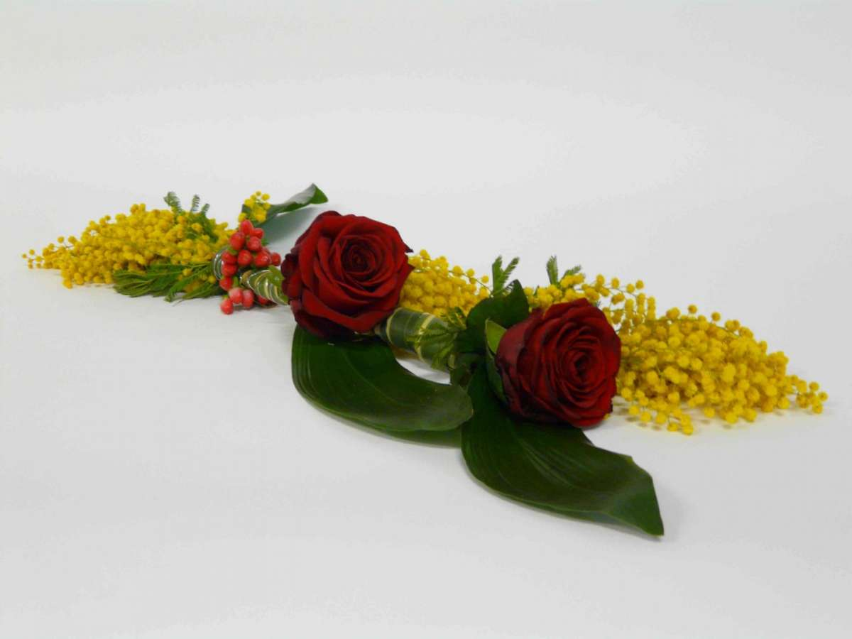 Rose rosse e mimose